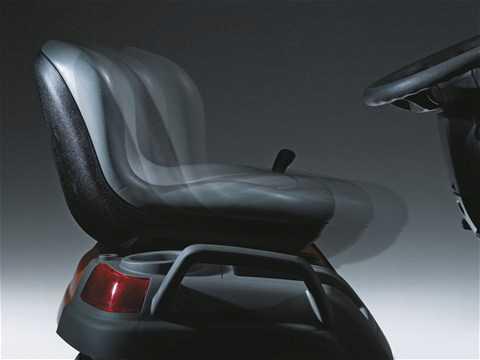 Trator com descarte lateral e máxima ergonômia. Possui medidor de horas trabalhadas e oferece conforto.